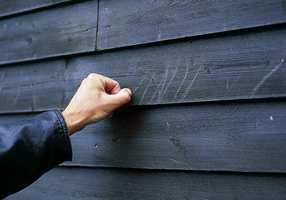 Her trengs ny maling. En skraping med negl forteller at panelet her er tørt og sårbart; det er også en form for kritting.