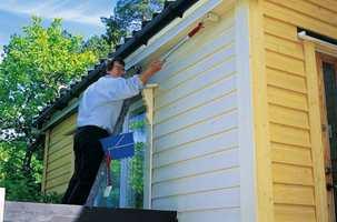 Bruk av rull utendørs gjør malejobben effektiv. En pensel trengs uansett for å jobbe malingen godt inn i treverket.