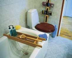 Etter oppussing er badekar kommet på plass. Toalettsetet har samme farge som frontene på servantskapet. Dørlisten er lasert for å få fem samme varmrøde skjær.
