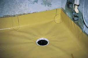 Tett gulv: Slik skal et nytt sluk monteres, med membranbelegg godt festet under slukets klemring. Membranen tilpasses gulvet og limes 10-15 cm opp på veggen.