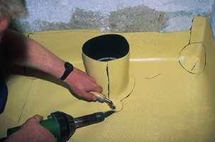 Ved toalettet: Rundt avløpet til toalettet lages en moffe av beleggmembran. Den sveises på plass og gjør området tett.