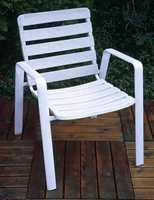 En gammel og skitten plaststol kan få nytt liv etter en runde med møbelrens.