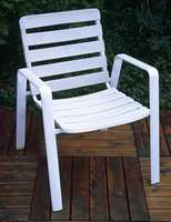 Den gamle plaststolen er hvit og pen igjen. Den er påført en voks for å holde seg pen lenger.