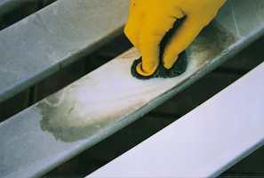 Midlet påføres overflaten, som deretter bearbeides med svamp, fille, børste eller fin stålull.