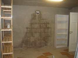 Slik var kjelleren opprinnelig. Et lagerrom med murvegger, uten vinduer og med lysrør i taket.