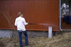 Ikke mal et skittent hus! Husvaskprodukter sprayes på veggen og gnis lett inn i panelet. Deretter skylles skitten av med lunkent vann.