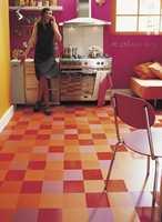 Et lite, mørkt kjøkken er forvandlet til en fargerik oase