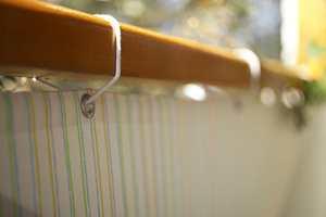 Stoffskjermen langs rekkverket er spendt opp for å skjerme mot vind og innsyn, i tillegg blir den et visuelt element på balkongen.