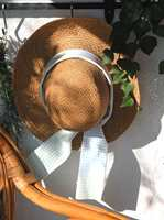 Med nytt bånd rundt pullen, holder den gamle stråhatten enda en sesong.