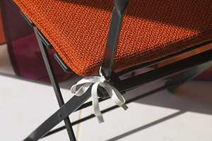 Stolputene er sydd i et grovvevet møbelstoff og festet til stolen med strikk.