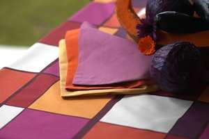 Stoffserviettene er ensfargede og i samme farge som duken.