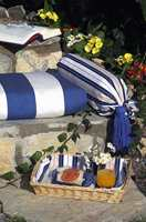 En pute på trappen kan bli hagens hyggeligste frokostplass - mer er det ikke som skal til. Striper i blått og hvitt er sommerlig og friskt og evig aktuelt.