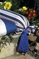 En pøllepute er lett å sy: sy stoffet sammen til et «rør»,  fald stoffet i begge ender. Putt pølleputen inn i trekket, knytt et bånd eller en tykk snor med dusk rundt stoffet i hver ende.