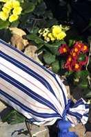 Brede striper i blått og hvitt er en klassisk kombinasjon som gjør seg utrolig godt i sommerhus og hage.