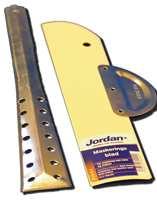 To produkter som gjør malejobben lettere: maskeringsblad for avsetninger mot lister og vinduer og en rørepinne i metall.