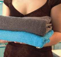 Myke håndklær i ulike farger pynter opp på badet.