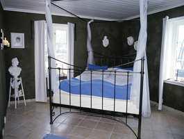 Soverommet nede domineres også av den klassiske, røffe stilen.