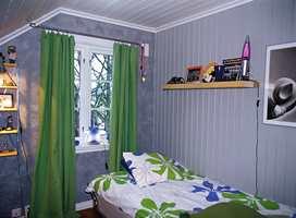 Gutterommet har maleteknikk på vindusveggen og malt panel.