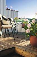 Nordmenns viktigste oppholdssted på lange, late vår- og sommerdager er terrassen - og den kan godt bestå av ubehandlet eller oljet lerk.