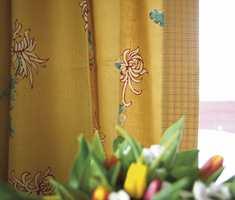 Gardinene fra Interiøragenturet er holdt i varme, litt gammeldagse farger som går igjen i resten av huset.