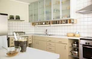 Kjøkkenet endrer karakter med litt maling og nye håndtak.