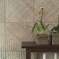 Tapetens fibertekstur og særpregede overflate gjør at veggene virker kledd og stueaktige.