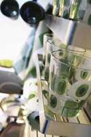 Detaljer fra nytt kjøkken: Glass med retromønster og ditto håndklær og servietter.