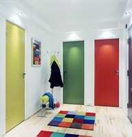 Se så lyst og trivelig det ble!  Interiørarkitekten har valgt glade farger på tepper, bilde og dører. Entreen har plutselig fått et ungdommelig preg som også hadde passet fint inn i leiligheten til en barnefamilie.