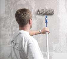 1. Rullesparkel påføres med en langhåret rull påmontert forlengerskaft. Jobb på et felt fra tak ned til gulvet.