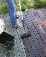 Terrassebeisen påføres raskt og enkelt med rulle. Avslutt bordlengden før den tørker.