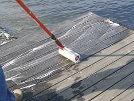 Terrassefornyeren påføres rikelig, men ikke på et større område enn at du greier å arbeide med den våt. Det går raskest med rulle og forlengerskaft.