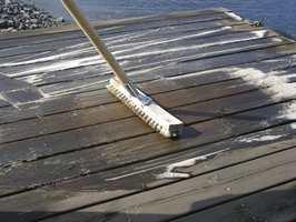 Bruk en skurebørste og bearbeid flaten slik at skitt og gammel maling eller olje løsner.
