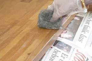Når den gamle oljen/lakken begynner å klumpe seg/koke opp (ca etter 15-30 min.) skrapes den av med en myk plastskrape. Bruk stålull nr. 2 for å fjerne de siste restene.