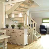 Ved å male treverket og fjerne noe av gelenderet ble trappen bedre integrert i omgivelsene.