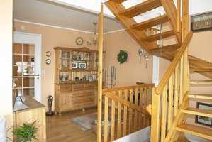 Nederste halvdel av det syrelutete vitrineskapet ble malt og satt opp som vern ved siden av trappenedgangen.