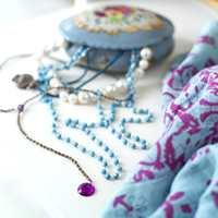 Små dekorative elementer, som dette skrinet med gamle smykker, gir liv, varme og personlighet til leiligheten.