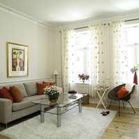 Den nye treseteren i muldvarpfarget trekk er mye riktigere i denne stuen. Røde puter er et fint farge-kick i det lyse interiøret. Lyst gulvteppe er både lett og delikat. Glassbordet med ben i børstet stål er flott til sofaen. Kurvstolen tar liten plass og er lett å flytte rundt.