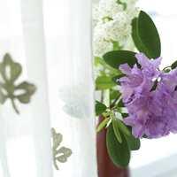 Fargerike, friske blomster og hvite lingardiner er nydelig sammen.