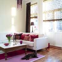Den nye stuen viser at man kan bruke mye rosa uten å bli suppete når man bare avbalanserer det. I dette tilfellet er det gjort med de tunge, sjokoladebrune stoffene i gardiner og vinduslampe.