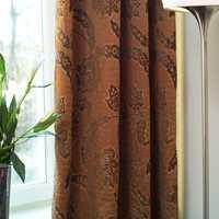 Tette, klassiske gardiner i den innerste stuen setter et mer etablert preg på parets hjem.