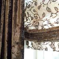 Flere hensyn: Tanya ønsket seg både tung fløyel og romantiske blondegardiner. Samtidig krevde de høye, klassiske bygårdsvinduene et gardinsystem som kunne utnytte lyset, men også skjerme for innsyn. Løsningen ble liftgardiner i lys organza med mørkebrunt rankemønster og lange fløyelsgardiner i samme fargetoner.   /bilder/2005/2005_06/Insp105_ullevold61.jpg