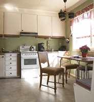 Kjøkkenet var fylt opp med tett i tett av benker, skuffer og skap. Nå skulle færre elementer skulle gi ny luftighet og en utvidet åpning mot stuen skape bedre kontakt mellom rommene.
