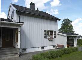 Enkel form, smått men godt i typisk etterkrigsstil. Nå er huset befridd for jukseskodder som verken var til pryd eller nytte. Inngangsdøren er skiftet, vinduene likeså, men i samme format som de opprinnelige.