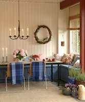 Velkommen ut! Det er plass til mange i den trivelige sittegruppen. Om sommeren blir den overbygde hagestuen en naturlig forlengelse av stuen. Levende lys skaper stemning og gjør at hagestuen blir en godt sted å være.