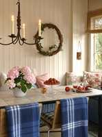 Det sjenerøse bordet er spesiallaget til hagestuen. Understellet i jern ble bestilt hos en smed, og dekket med en plate kledd med sandfargede, keramiske fliser. Her er det plass nok til både familie, venner, naboer - og noen til.
