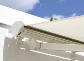 Moderne markiser har sol- og vindføler, og kjøres inn og ut alt etter værets luner.