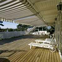 Det finnes mange alternativer for solskjerming. Man kan bruke forskjellige løsninger for ulike sider og områder av huset. Det kan lønne seg å søke eksperthjelp, og eksperter på dette finnes det mange av i Norge.