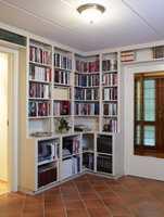 Nå er hallen, som er på hele 22 kvm, blitt bibliotek, med hyller spesialsnekret til rommet.
