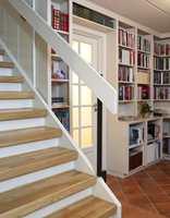 Bare ved hjelp av maling gir trappen nå et helt annerledes og innbydende inntrykk, og de fine trinnene av parkett kommer til sin rett.