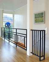 Uten følge av alt det andre er både smijernsrekkverket og blyglassvinduet i dag dekorative elementer som er med på å gi huset stil.